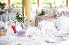 Elegant tabell för brölloprundamatställe Arkivfoto