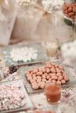 Elegant tabell för brölloprundamatställe Arkivfoton