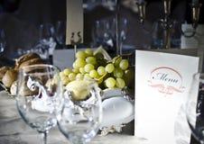 Elegant tabell på en restaurang Royaltyfri Bild