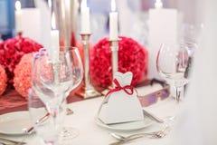Elegant tabelluppsättning för gifta sig eller händelseparti i mjukt rött och pi arkivfoto
