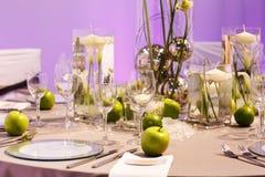 Elegant tabelluppsättning i gräsplan och vit för gifta sig eller händelseparti. Arkivfoto