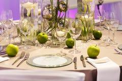 Elegant tabelluppsättning i gräsplan och vit för gifta sig eller händelseparti. Arkivbilder