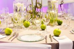 Elegant tabelluppsättning i gräsplan och vit för gifta sig eller händelseparti Arkivfoton