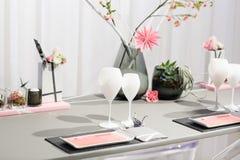Elegant tabelluppsättning i mjuk kräm för gifta sig eller händelseparti. arkivbilder