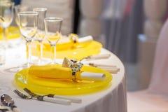 Elegant tabelluppsättning i mjuk kräm och guling för att gifta sig eller händelse royaltyfria bilder