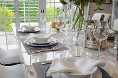 Elegant tabelluppsättning i tappningstilmatsal royaltyfri foto