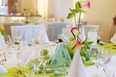 Elegant tabelluppsättning i vit och gräsplan med äpplen för att gifta sig medeltal Fotografering för Bildbyråer