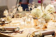 Elegant tabelluppsättning i mjuk kräm för gifta sig eller händelseparti. Royaltyfri Foto