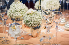 Elegant table set in soft creme for wedding or event party. Royalty Free Stock Photos