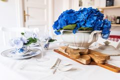 Elegant table setting with flowers Royalty Free Stock Photography