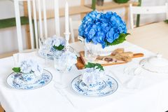 Elegant table setting with flowers Royalty Free Stock Photos