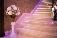 Elegant trappuppgång som går ner trappuppgången Arkivfoton