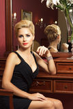 Elegant trendig kvinna med diamantsmycken. Arkivfoto
