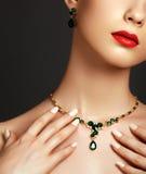 elegant trendig smyckenkvinna för begreppsframsida för skönhet blå ljus kvinna för makeup för mode arkivfoton