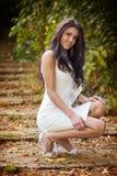 elegant trendig utomhus- sexig kvinna fotografering för bildbyråer