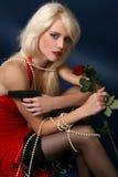 elegant trycksprutaholdingkvinna arkivbilder