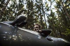 Elegant ung attraktiv man i den utomhus- konvertibla bilen. Royaltyfri Fotografi