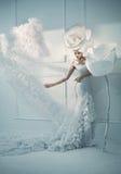 Elegant ung dam i ett vitt rum fotografering för bildbyråer