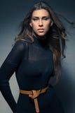 Elegant ung kvinna för modestående i svart klänning royaltyfri fotografi