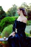 Elegant ung kvinna som kläs som drottning Arkivbilder
