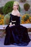 Elegant ung kvinna som kläs som drottning Royaltyfri Fotografi