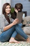 Elegant ung kvinna som poserar med hennes labrador Arkivfoton