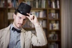 Elegant ung man som bär den bästa hatten och flugan Arkivfoto