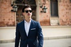 Elegant ung man som utomhus går royaltyfri fotografi