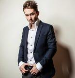 Elegant ung stilig man i klassisk dräkt Manligt ta av ens kläder Royaltyfri Bild