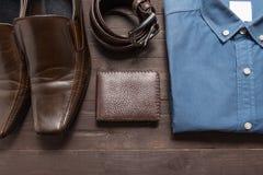 Elegant uppsättning: bruna skor för man` s, brunt läderbälte, blå skjorta, Arkivbild