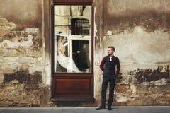 Elegant ursnygg brud som dricker kaffe i fönster och stilfull gr Royaltyfria Foton