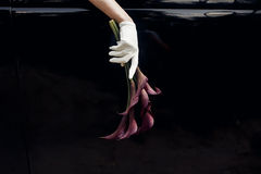 Elegant ursnygg brudhand i hållande bröllopbouque för siden- handske Royaltyfri Bild