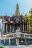 Elegant utsmyckat tak och tornspira av byggnad mot en blå himmel på den storslagna slotten, Thailand royaltyfria bilder