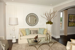 Elegant vardagsrum i ett nytt hus royaltyfri foto