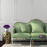 Elegant vardagsrum med den gröna soffan och tabellen Arkivbild