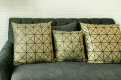 Elegant vardagsrum med den guld- modellen kudde på soffan Royaltyfria Bilder