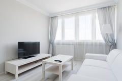 Elegant vardagsrum med plasma royaltyfri foto