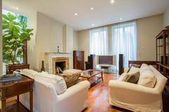 Elegant vardagsrum med spisen arkivfoto