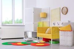 Elegant vardagsruminre med den bekväma soffan Idé för hem- design i regnbågefärger royaltyfria bilder