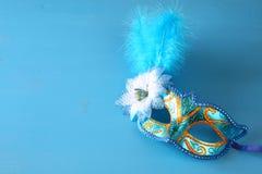 elegant venetian maskering på blå träbakgrund Royaltyfria Bilder