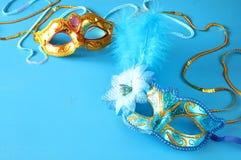 elegant venetian maskering på blå träbakgrund Arkivfoton