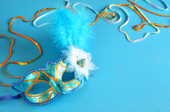 elegant venetian maskering på blå träbakgrund Royaltyfri Bild