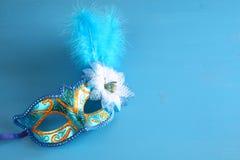 elegant venetian maskering på blå träbakgrund Royaltyfri Foto