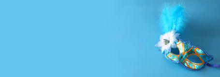 elegant venetian maskering på blå träbakgrund Royaltyfri Fotografi