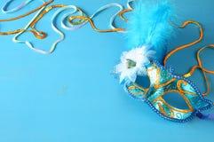 elegant venetian maskering på blå träbakgrund Arkivfoto
