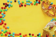 elegant venetian maskering på gul träbakgrund Royaltyfri Foto