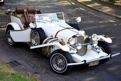 Elegant vit tappningbröllopbil Royaltyfria Bilder
