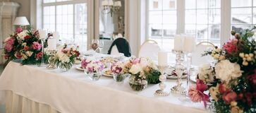 Free Elegant Wedding Reception White Table Arrangement, Floral Centerpiece Decoration, Restaurant Royalty Free Stock Image - 179310966