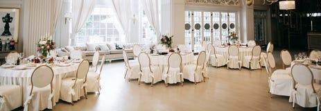 Free Elegant Wedding Reception White Table Arrangement, Floral Centerpiece Decoration, Restaurant Royalty Free Stock Photos - 179311028