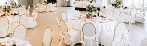 Free Elegant Wedding Reception White Table Arrangement, Floral Centerpiece Decoration, Restaurant Stock Photos - 179311183